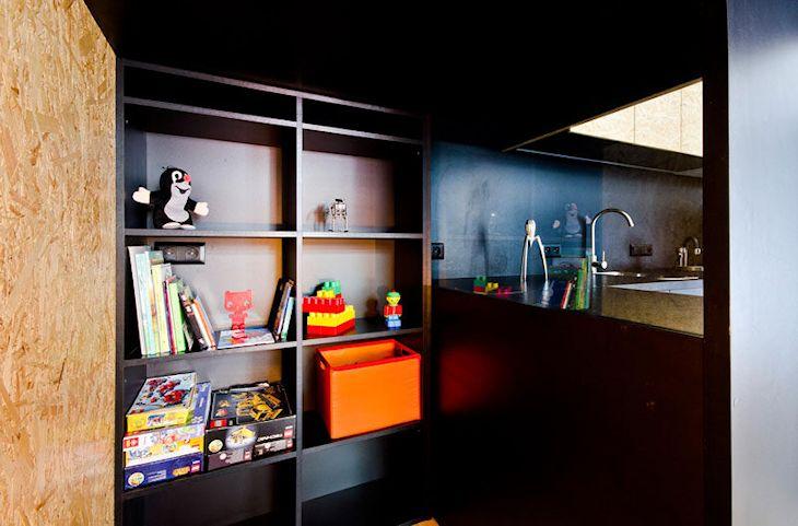 El cuarto de guardado es amplio y se ilumina a través de un vidrio que lo separa de la cocina