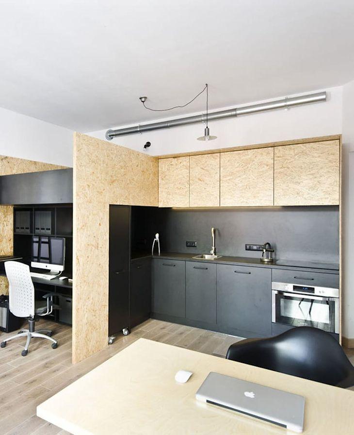 Los bordes de los muebles con terminación de OSB combinados con la parte interna en melamina negra aportan a la decoración una cuota contemporánea