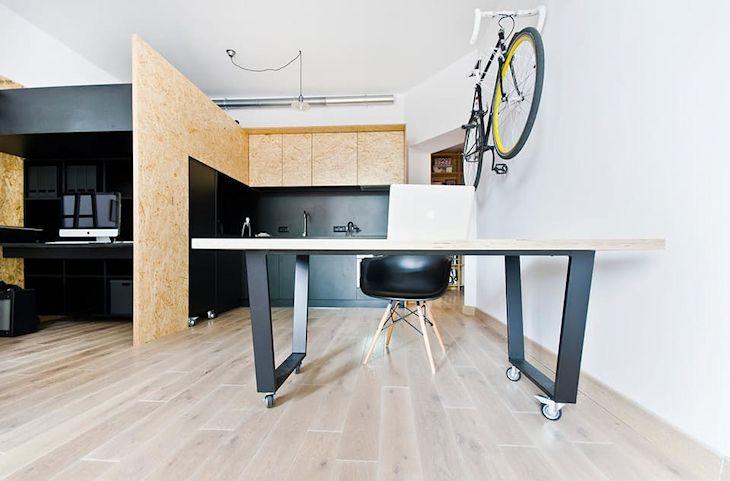 Sector del comedor con una mesa con ruedas. También se puede utilizar como espacio de trabajo
