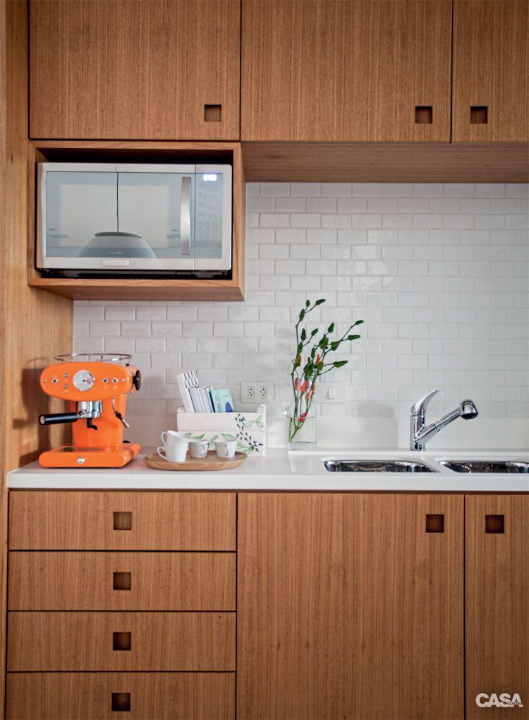 Cocina moderna con muebles y alacenas con acabados de madera