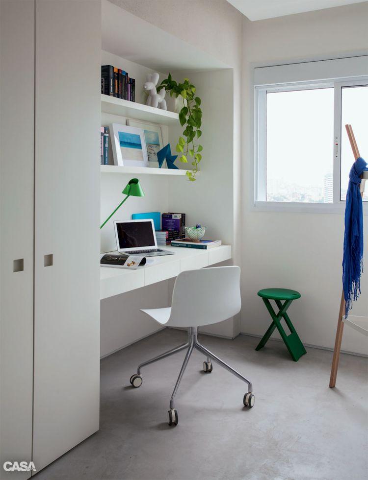 Home office integrada a la sala con muebles flotantes minimalistas que no ocupan espacio