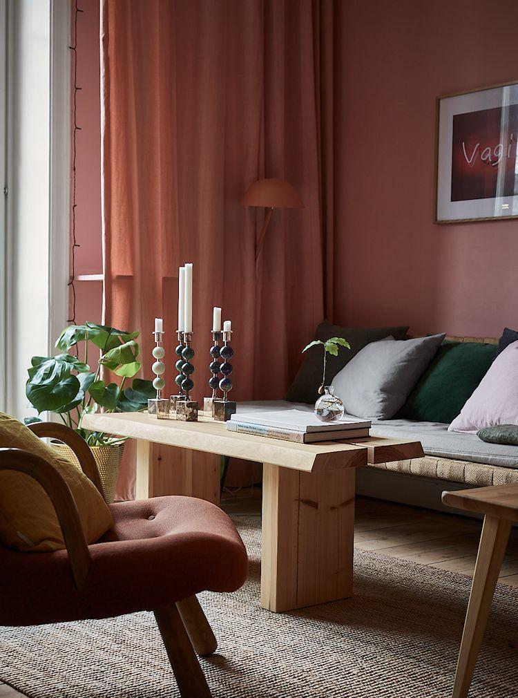 Las cortinas en el mismo color que las paredes generan un efecto envolvente y hacen que la sala parezca más íntima o privada