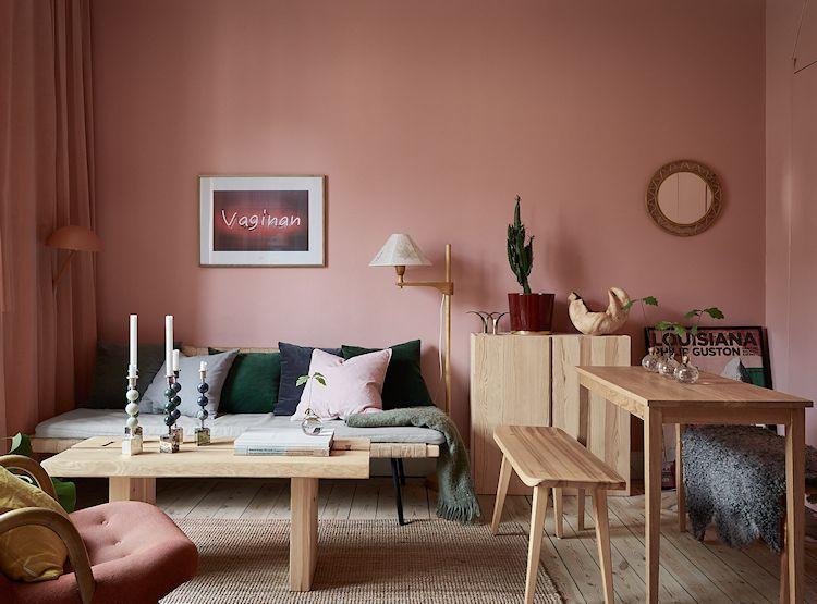 Sala y comedor del departamento pequeño, todo en rosa.