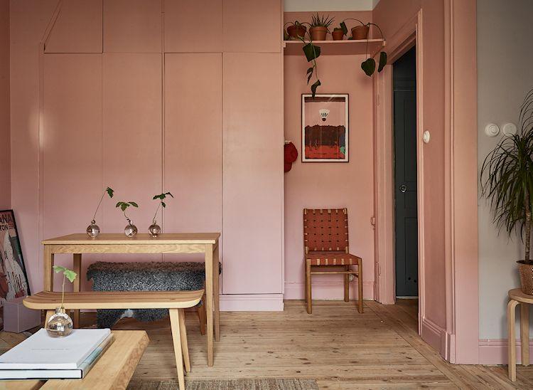 Hasta el armario de la sala se pintó de rosa, haciendo que pase totalmente desapercibido a la vista.