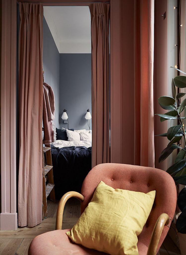 Recamara separada de la sala mediante una cortina.