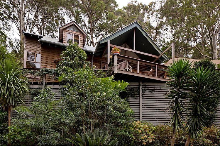 Diseño en desnivel de la casa con múltiples terrazas y balcones