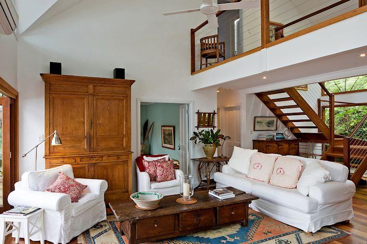 Sala con muebles clásicos y rústicos, creando una decoración serena que no compite con el espacio exterior