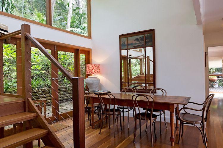 Comedor minimalista con techos a doble altura