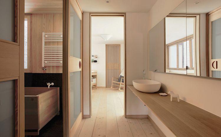 Baño compartimentado con diseño en madera