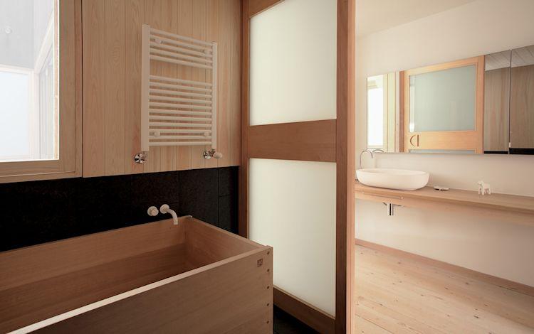 Cuarto de baño con bañera de madera