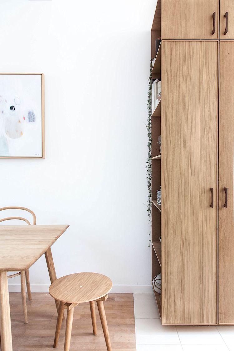 El mueble con repisas o estantes a la vista permite tener toda la vajilla a mano