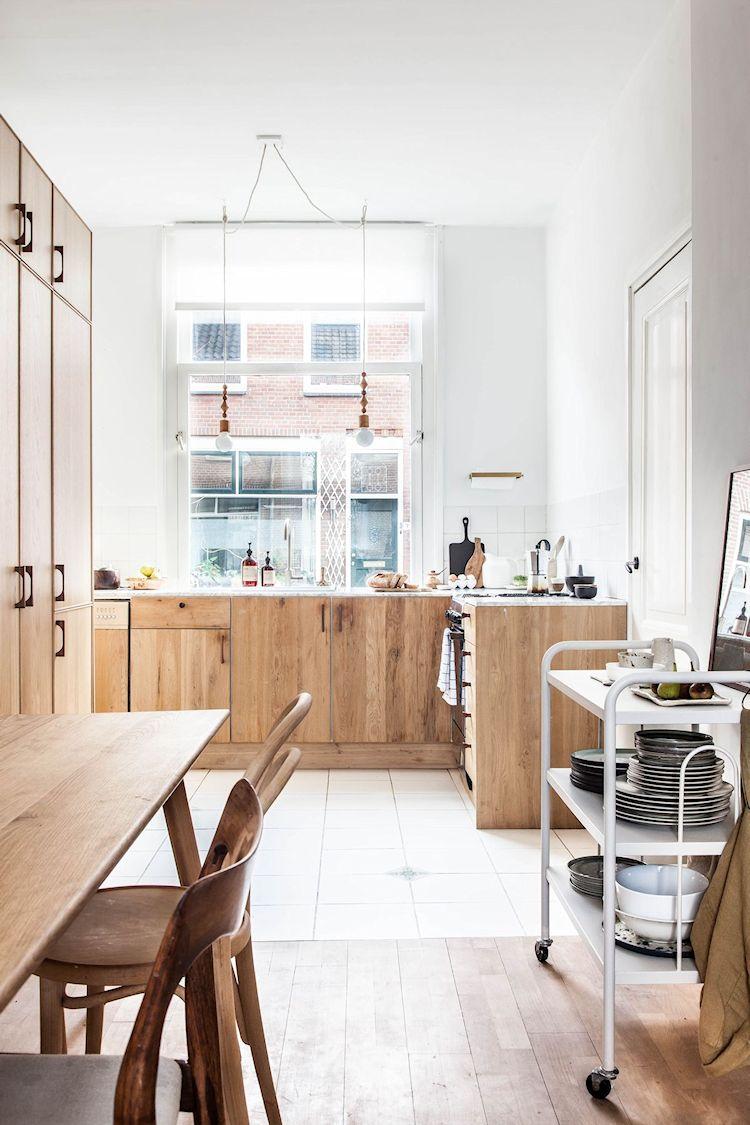El espacio de la cocina y comedor están integrados pero se dividen visualmente con diferentes tipos de pisos