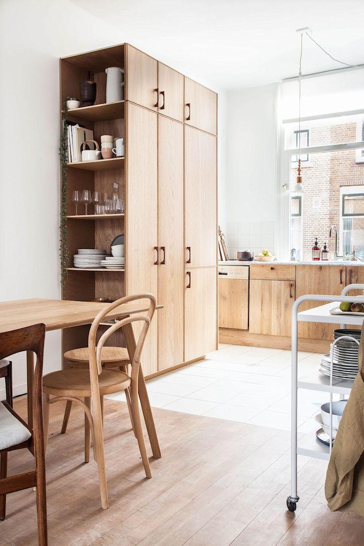 El piso de madera en el comedor combina con los muebles de cocina y hace del espacio un lugar más acogedor