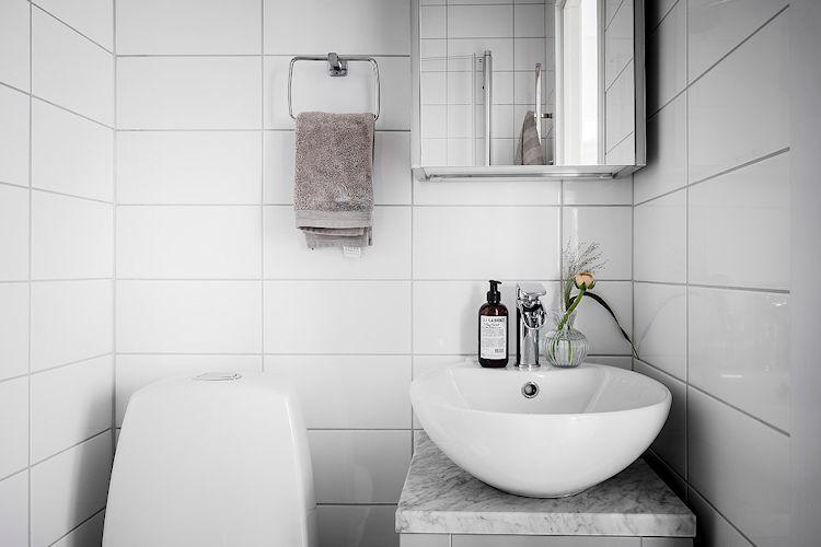Baño muy pequeño de estilo nórdico y moderno.
