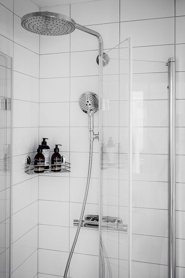La grifería y accesorios cromados hacen que el baño se vea moderno al instante.
