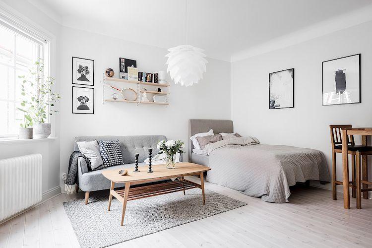 La decoración se basa en el uso de muy pocos muebles de tamaño pequeño para crear efectivamente las diferentes áreas funcionales que permitirán vivir con comodidad.