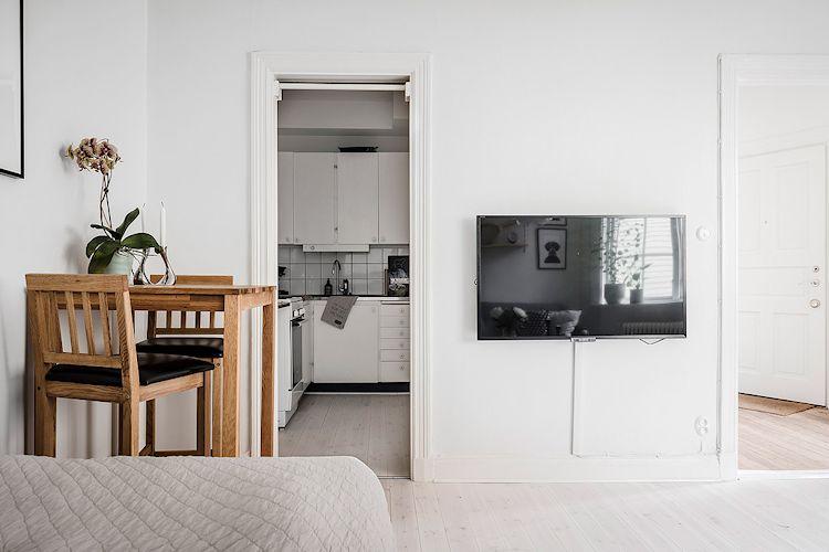 Una buena distribución de muebles en departamentos pequeños saca ventaja a espacios y rincones difíciles de aprovechar. El comedor se armó en el espacio sobrante entre la cama y la cocina.