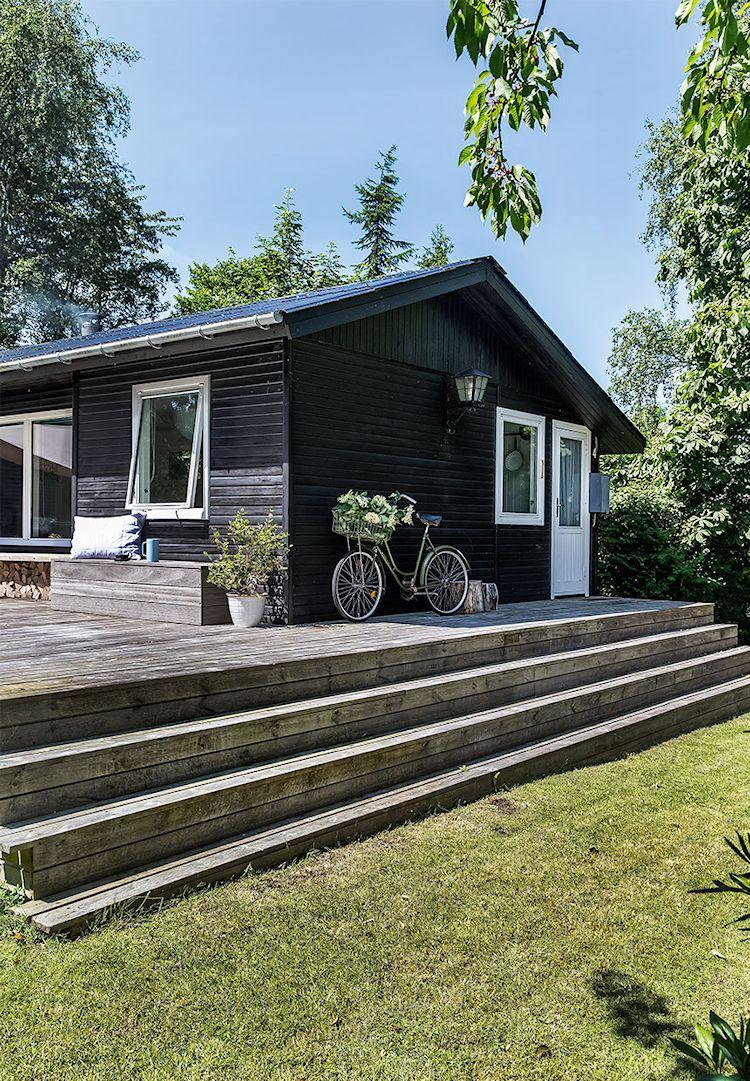 Exterior de la casa con un diseño muy simple.