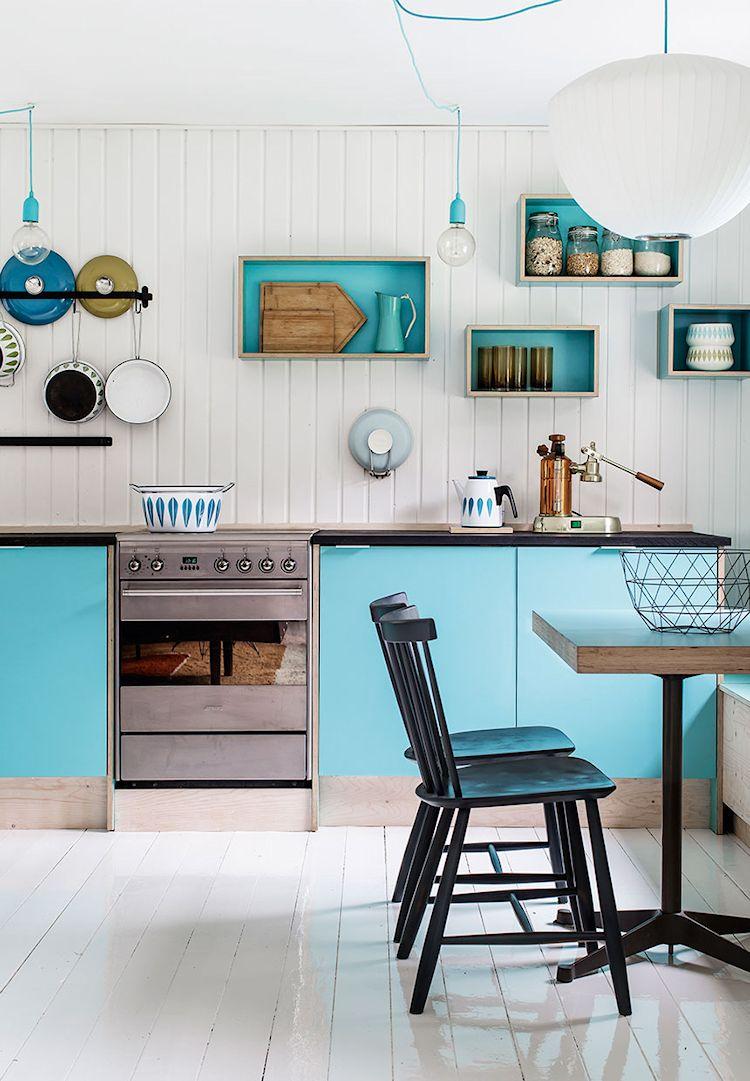 Cocina colorida con muebles y repisas en color turquesa