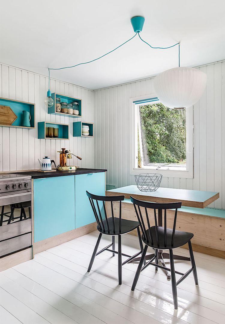 Los detalles coloridos de la cocina destacan naturalmente gracias a los revestimientos blancos utilizados en la sala. Además aportan un aire retro a la decoración.