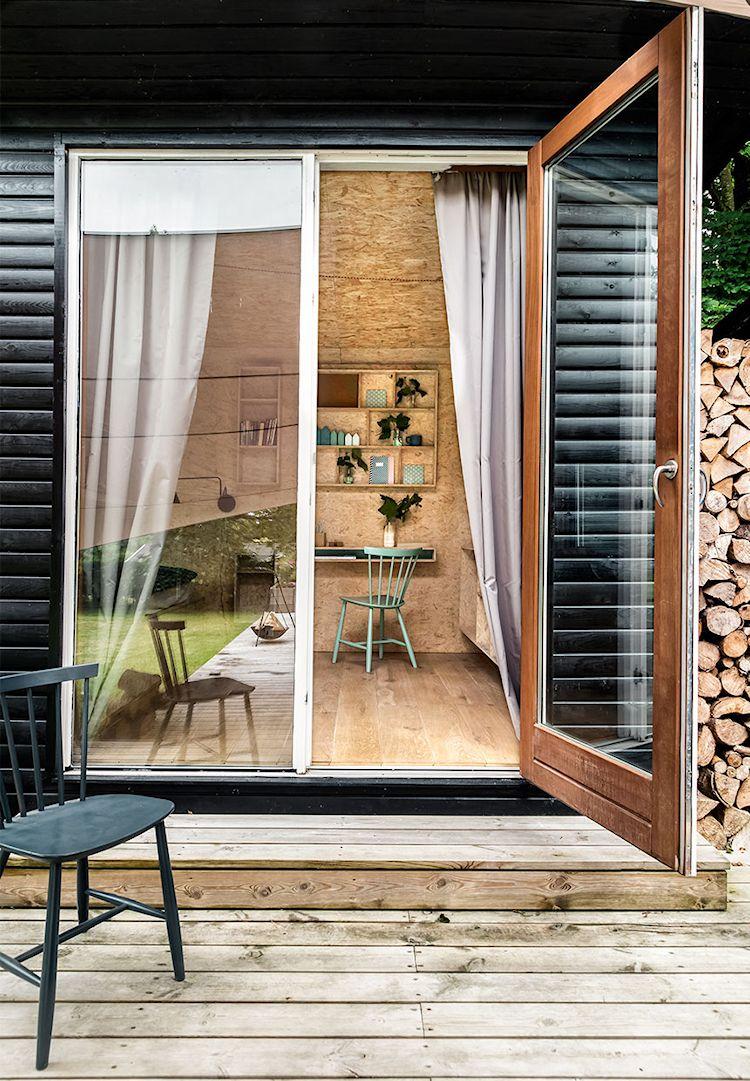 La recámara se ubica en un anexo nuevo que se construyó junto a la casa original y se comunica con el exterior gracias a una terraza o deck de madera.