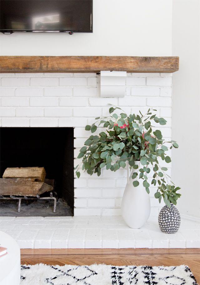 La chimenea pintada de blanco se integra mejor a la decoración nueva