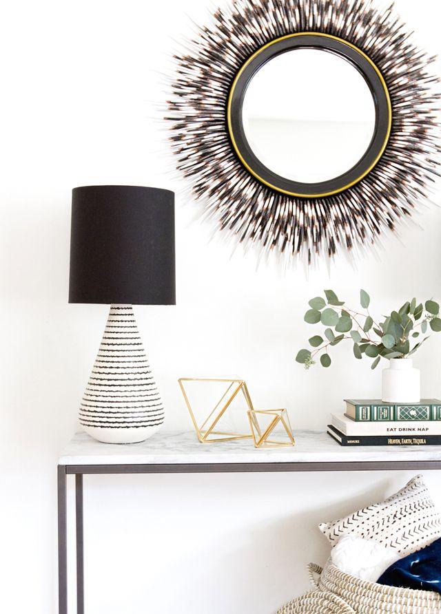 El dúo blanco y negro está presente en la mayoría de los accesorios para crear una decoración neutral.