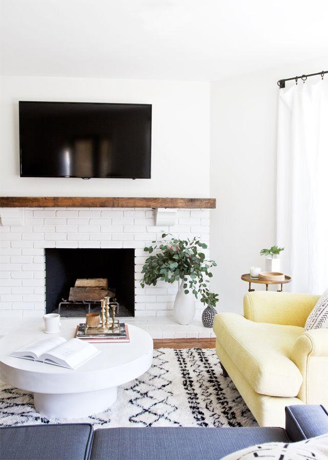 Un simple sillón en color amarillo es lo único que se necesitó para crear una decoración totalmente diferente a la anterior.
