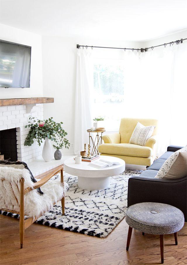 Muebles de distintos estilos pero que combinan muy bien entre sí gracias a los tonos neutrales de sus telas.
