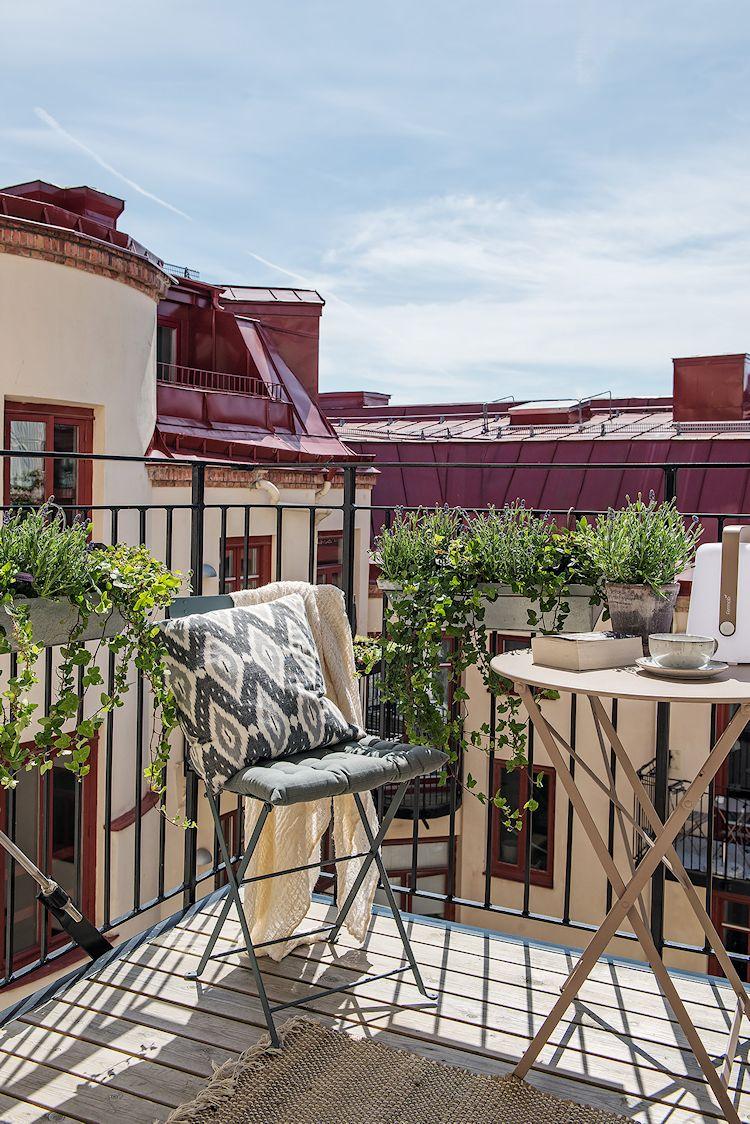 Balcón pequeño al que se accede desde la cocina.