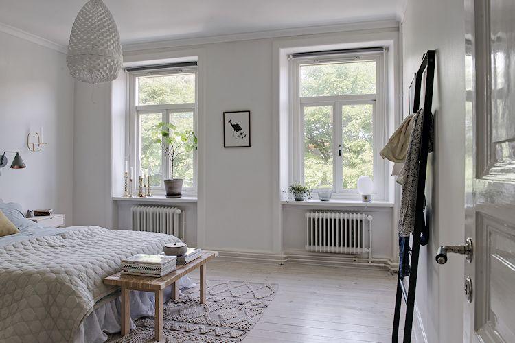 Recámara de estilo minimalista donde el color blanco es el protagonista del espacio.