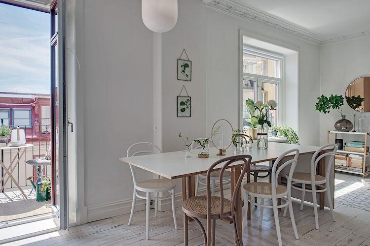 El comedor se ubica donde estaba la pared que dividía la sala de la cocina, funcionando como nexo entre ambos espacios.