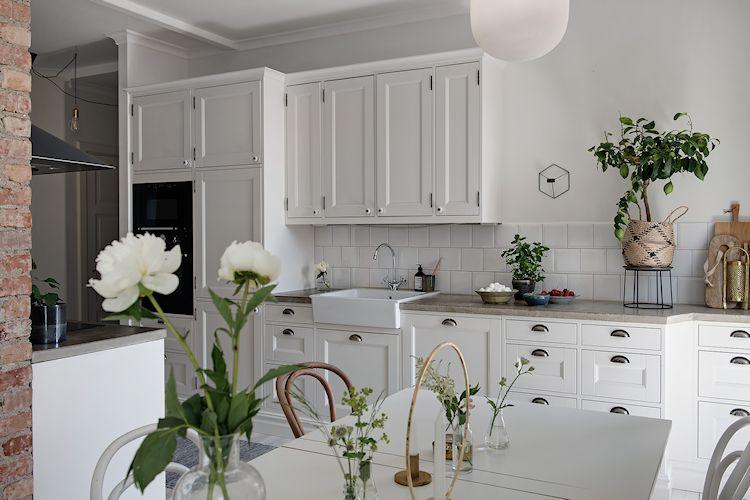 La cocina se renovó completamente y se la integró a la sala al derribar parte de la pared que dividía ambos espacios.