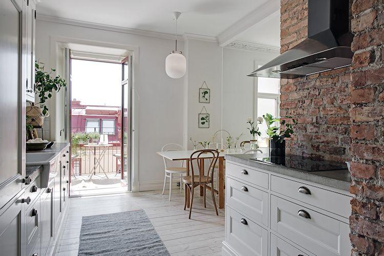 La cocina abierta a la sala genera una distribución interior más actual.