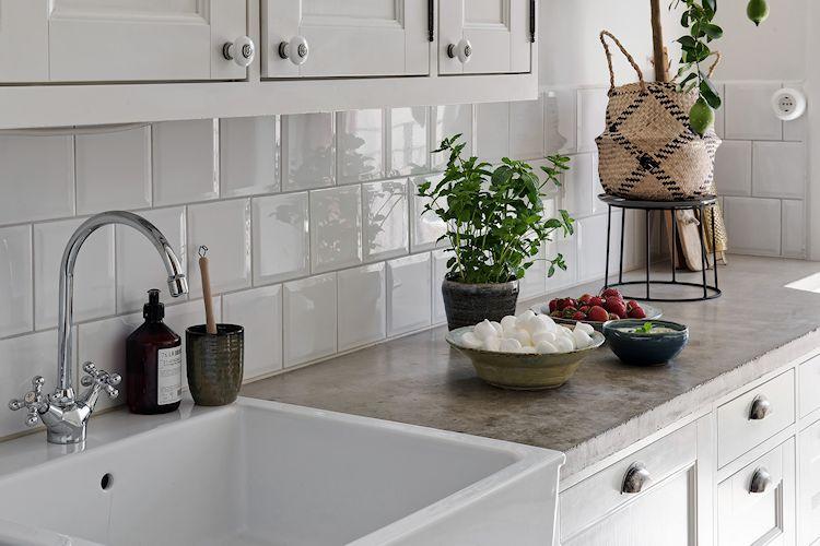 Pileta de la cocina en el mismo estilo de campo que los muebles y alacenas.