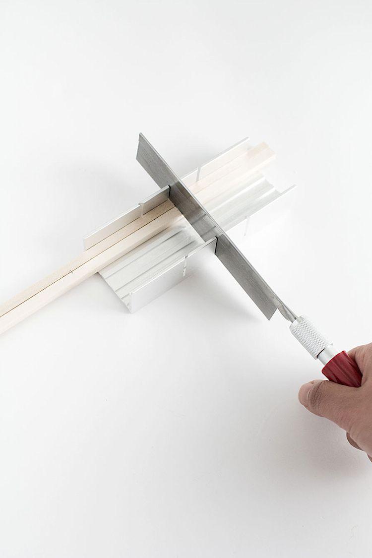 Caja de inglete para cortar los listones de madera. Se pueden cortar varios a la vez para ahorrar tiempo.