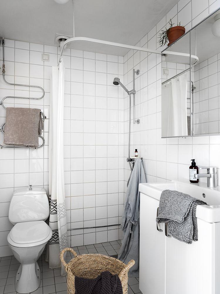 Baño muy pequeño, todo de blanco para aumentar la sensación de amplitud