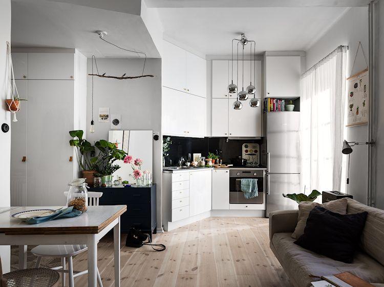 Cocina pequeña y moderna abierta a la sala