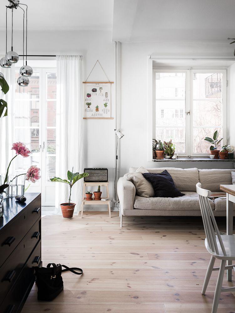 Sala con decoración escandinava con un sofá de Ikea como elemento principal
