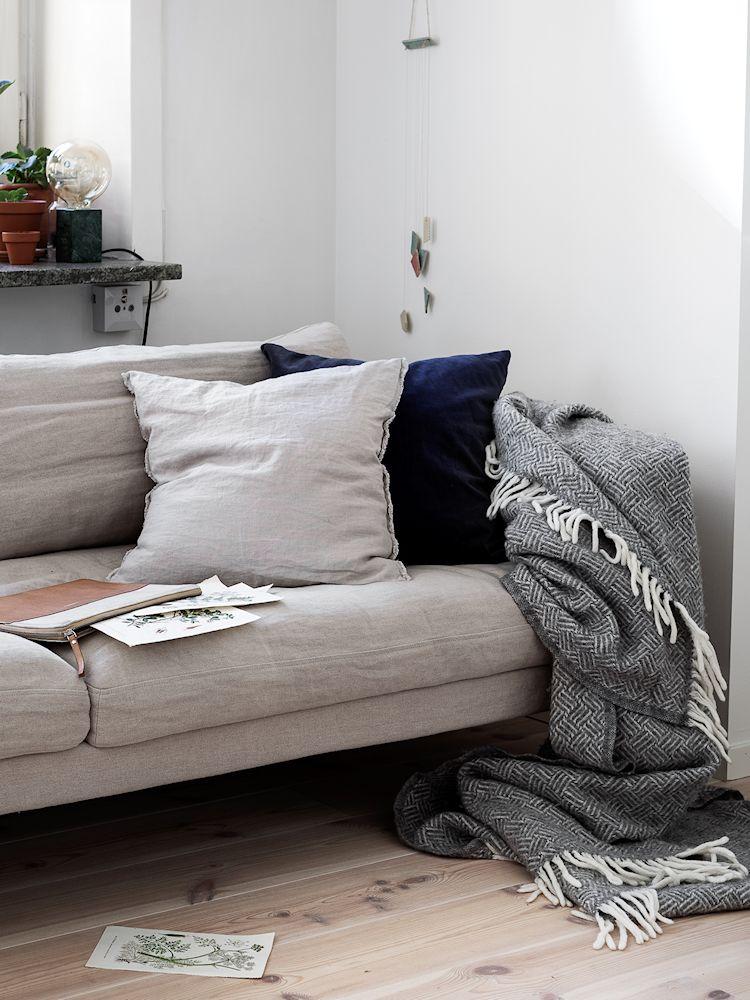 La decoración del departamento se basa en el uso de muy pocos muebles pero muchos accesorios, cojines y elementos textiles para dar calidez a la vivienda