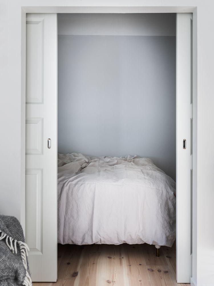 Las puertas corredizas dobles que comunican la recámara con la sala ayudan a ahorrar espacio