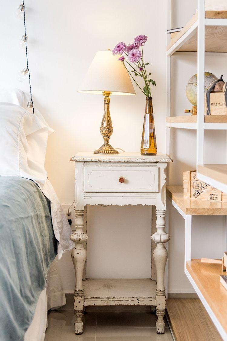 Buró de estilo clásico. La combinación de muebles de diferentes estilos aporta personalidad a la decoración del departamento.