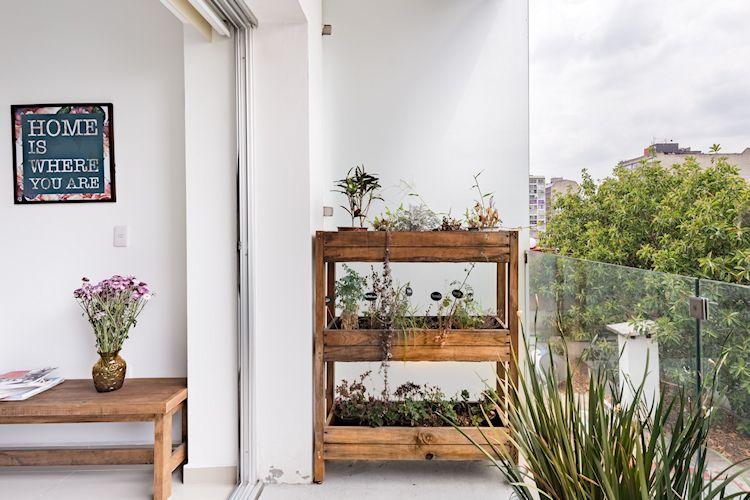 Huerta vertical en macero de madera