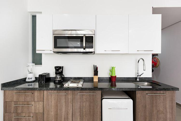 Cocina pequeña de diseño linea con muebles y alacenas en diferentes colores