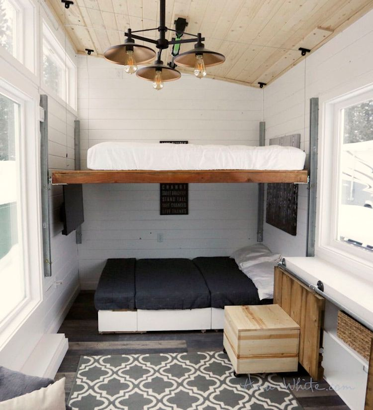 La cama sube y baja mediante un sistema de rieles para que sea más fácil acceder a ella