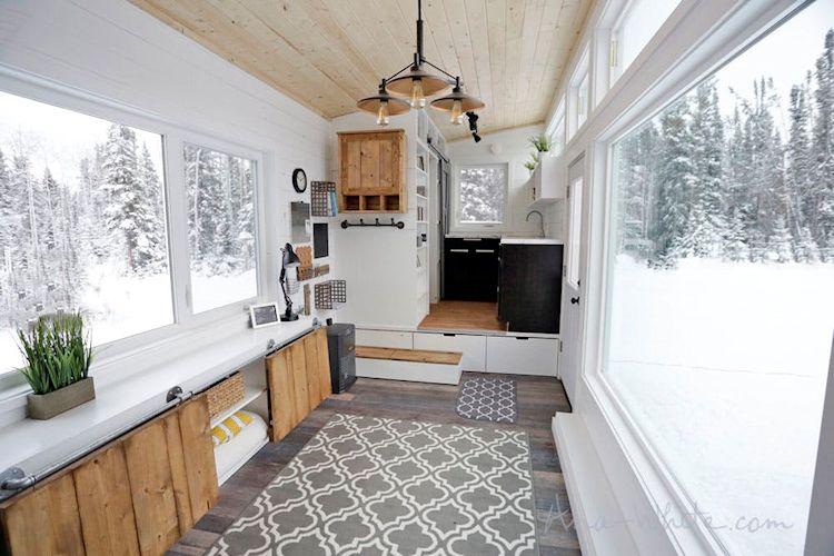 Cocina y baño de la casa pequeña sobre plataforma con espacio de guardado