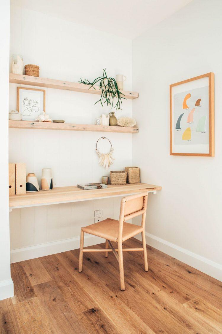 Espacio de trabajo en pocos metros y económico: tablero de madera para el escritorio y repisas flotantes arriba