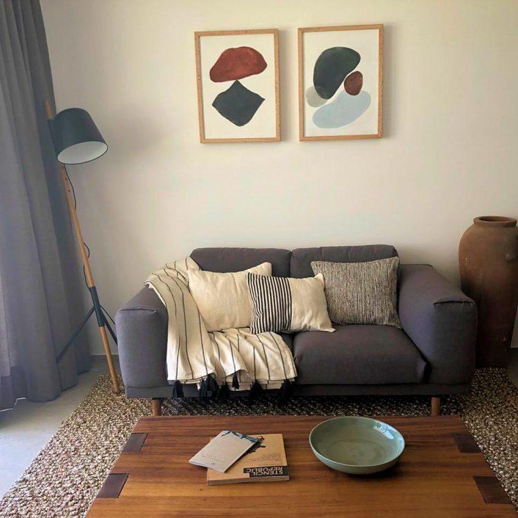 Decorar salas pequeñas: estilo actual en tonos cálidos