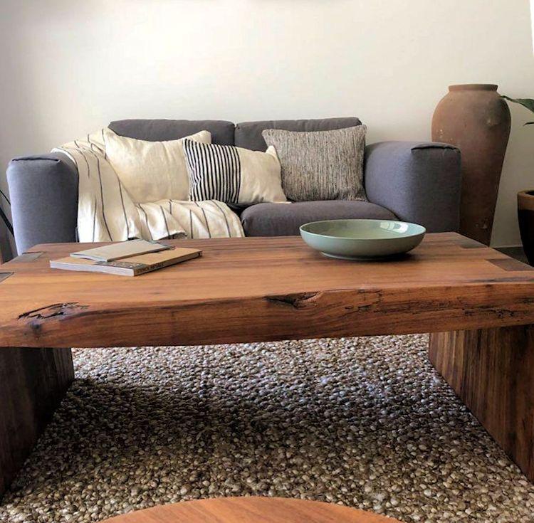 Una cuidadosa selección de muebles y accesorios permite lograr una decoración cálida y funcional con muy pocos elementos.
