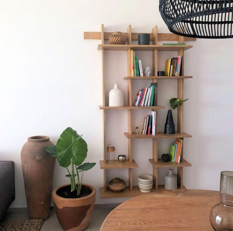 Al colgarse en la pared, el librero proporciona espacio para apoyar libros y objetos sin ocupar lugar